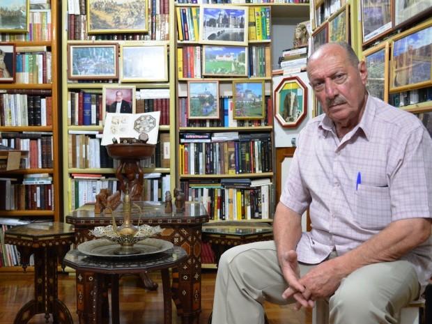 Aposentado comprou apartamento ao lado para guardar livros (Foto: Guilherme Lucio/G1)