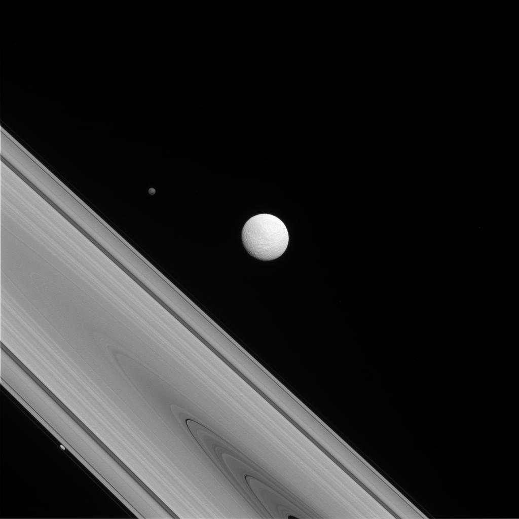 A lua Tétis e os anéis de Saturno