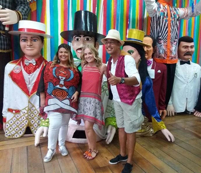 Fabiana Karla e Angélica visitam a oficina dos bonecos de Olinda e conversam com o artista Silvio Botelho (Foto: Ana Guerra)