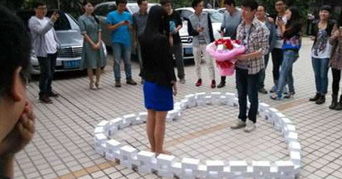 Chinês compra 99 iPhones para pedir mão de namorada, mas leva não