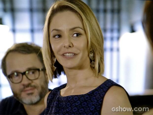 Silvia fica surpresa e recebe alfinetada de Verônica (Foto: Em Família/ TV Globo)