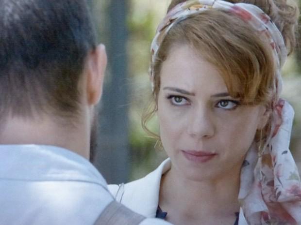 Vicente insinua que Cristina está ficando intrometida igual à Cora  (Foto: TV Globo)