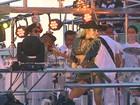 Claudia Leitte ganha beijo do marido antes de começar desfile na BA; fotos