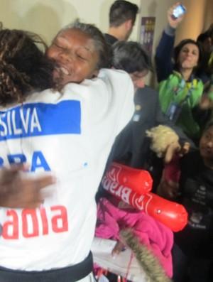 Rafaela Silva se emociona com o abraço da mãe (Foto: Thierry Gozzer)