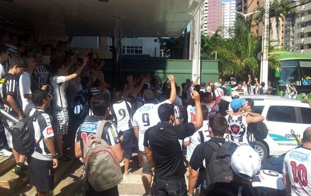 Torcedores do Botafogo-PB 'invadem' hotel em que time está hospedado em Fortaleza (Foto: Phelipe Caldas / Globoesporte.com/pb)