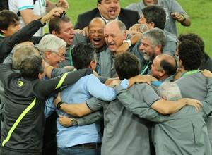 Felipão e sua equipe comemoram o título conquistado neste domingo (30) pelo Brasil no Maracanã (Foto: AP Photo/Eugene Hoshiko)