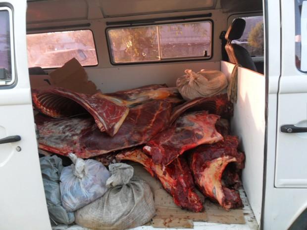 Kombi tinha 800 kg de carne de jumento. (Foto: Polícia Militar/Divulgação)