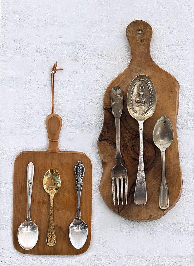 Talheres colados em tábuas de madeira eternizam as refeições em família (Foto: Cacá Bratke / Editora Globo)