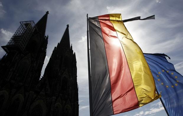 Bandeiras da Alemanha e da União Europeia são vistas em frente à Catedral de colônia nesta sexta-feira (17) (Foto: Ina Fassbender/Reuters)