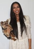 Lea T leva cachorrinho dentro de bolsa de grife para SPFW: 'É meu filho'