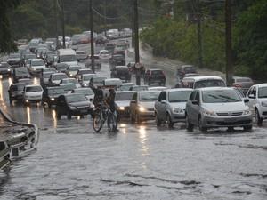 Chuva causou transtorno na Avenida Pedro II em João Pessoa (Foto: Walter Paparazzo/G1)