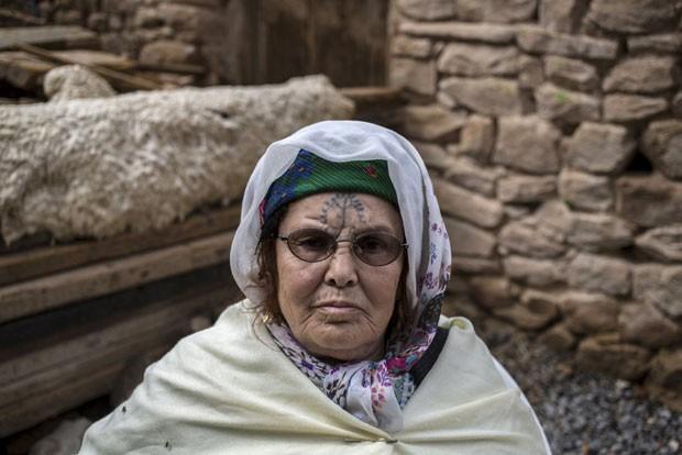 Khadra Kabssi, 74, tatuou seu rosto 'para ficar bonita' na época da independência da Argélia (Foto: Zohra Bensemra/Reuters)