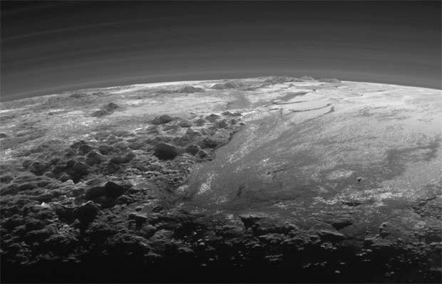 Imagem de Plutão mostra região Sputnik (à direita) rodeada à leste (esquerda) por montanhas de gelo (Foto:  NASA/JHUAPL/SwRI)