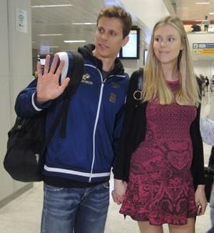 Cesar Cielo deixa aeroporto ao lado da esposa Kelly (Foto: David Abramvezt)
