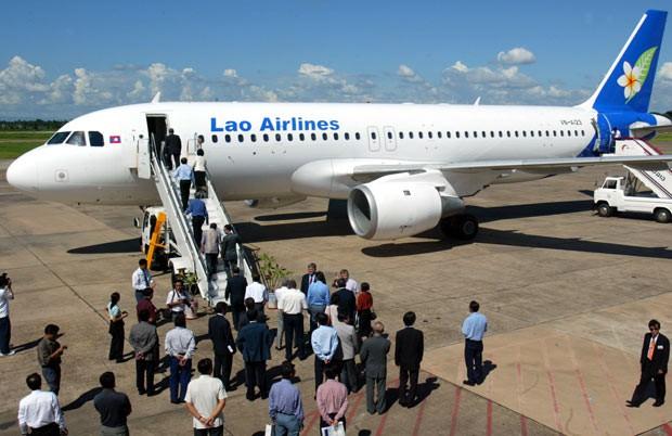 Avião da Laos Airlines é visto em 16 de julho de 2003 no aeroporto de Vientiane (Foto: AFP)