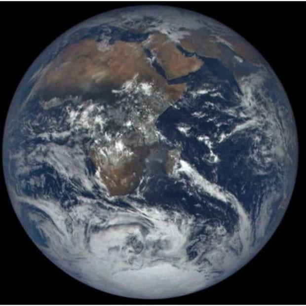 Esta é a face da Terra, com a África e a Antártica, que reflete a maior quantidade de energia solar  (Foto: NASA)