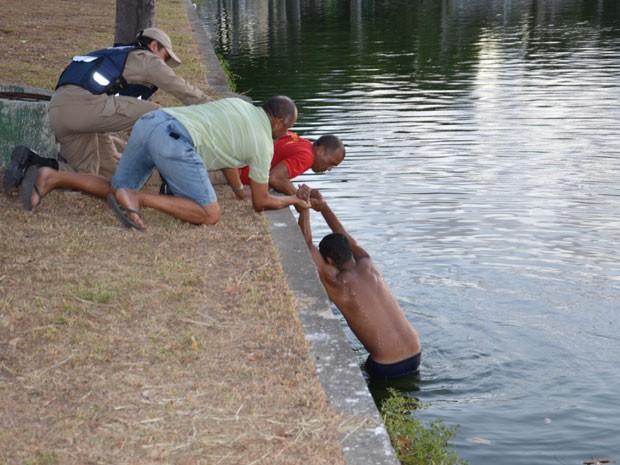 Homem entra na lagoa de João Pessoa para nadar  (Foto: Walter Paparazzo/G1)