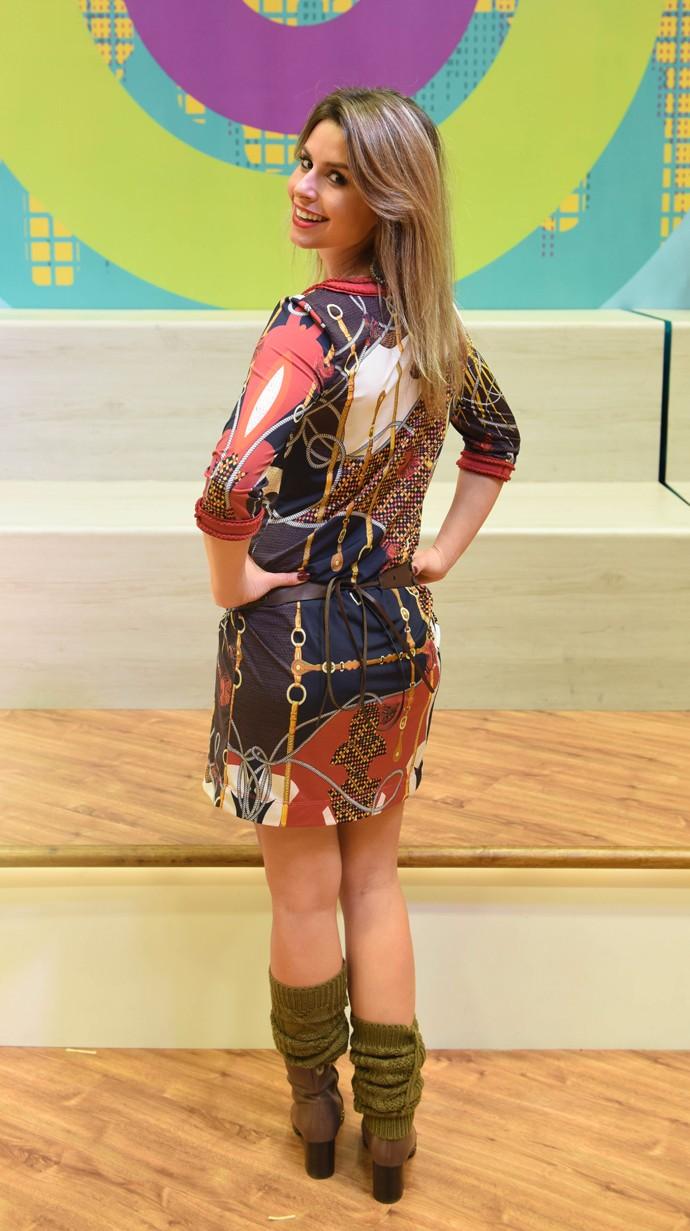 Estampa do vestido é moderna e tem tons terrosos Daiane Fardin look Estúdio C (Foto: Mana Gollo/ RPC )