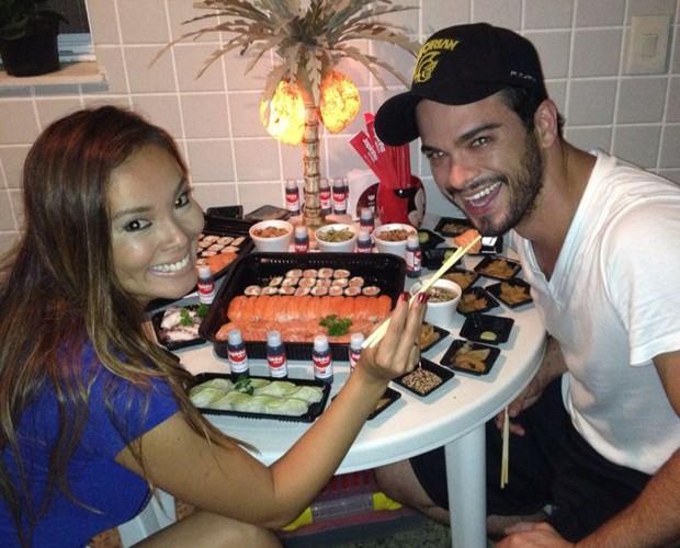 Nakamura dá comida na boca de Sidney no jantar (Foto: Arquivo Pessoal)