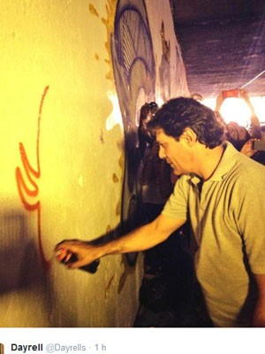 Haddad (PT) participou de grafitagem na Paulista (Foto: Reprodução/Twitter)