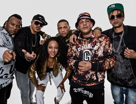 Negra Li posa entre os integrantes do grupo RZO, DJ Cia e Criolo (Foto: Divulgação)