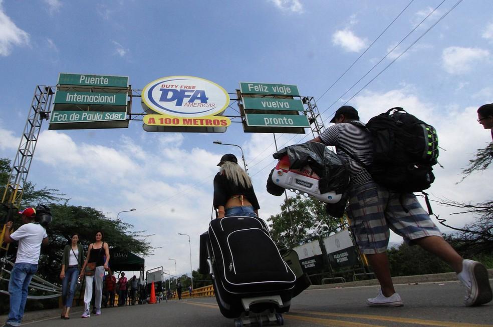 Pessoas atravessam no sábado (17) a ponte internacional Francisco de Paula Santander, que liga Urena, na Venezuela, e Cúcuta, na Colômbia, apesar da ordem de fechamento da fronteira emitida pelo governo venezuelano (Foto: George Castellanos/AFP)