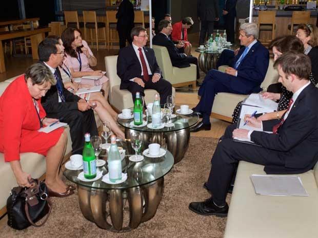 Secretário de Estado dos EUA, John Kerry, ministro das Relações Exteriores de Cuba, Bruno Rodriguez, e seus assessores em reunião no Panamá. (Foto: Departamento de Estado dos EUA / via Reuters)