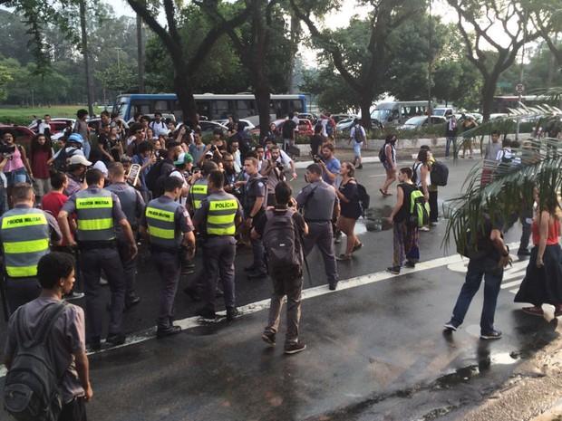 PMs conversam com estudantes em avenida em frente à Assembleia Legislativa de SP (Foto: Roney Domingos/G1)