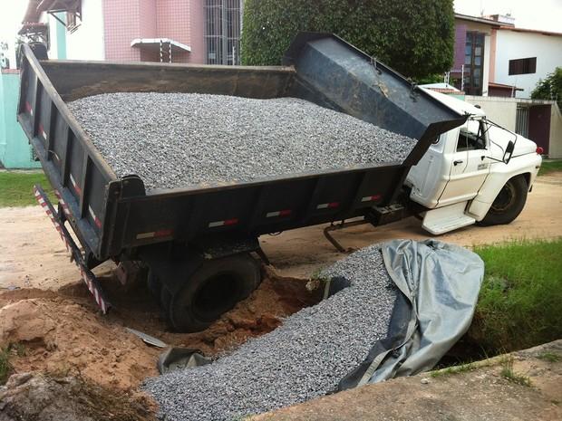 Caminhão carregado de brita tomba em Capim Macio, zona Sul de Natal (Foto: André Luiz Silva/G1)