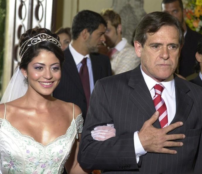 Senhora do Destino: Angélica (Carol Castro) entrando com Josivaldo (José de Abreu) na igreja (Foto: Gianne Carvalho/TV Globo)