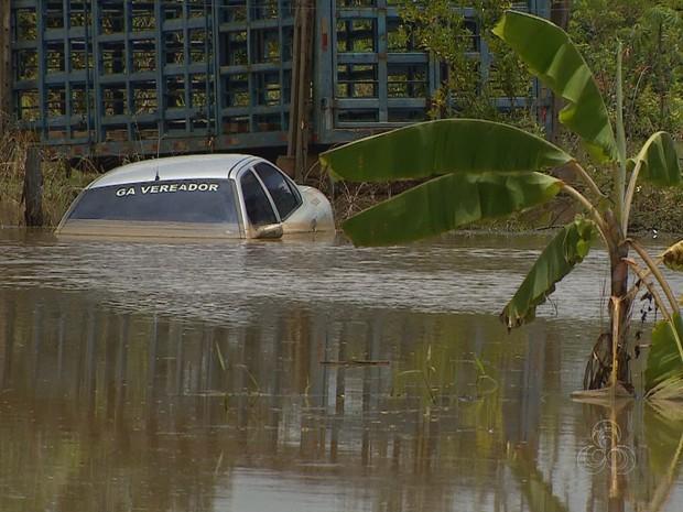 Enchente faz carros serem 'engolidos' pela água do rio (Foto: Reprodução/TV Amazonas)