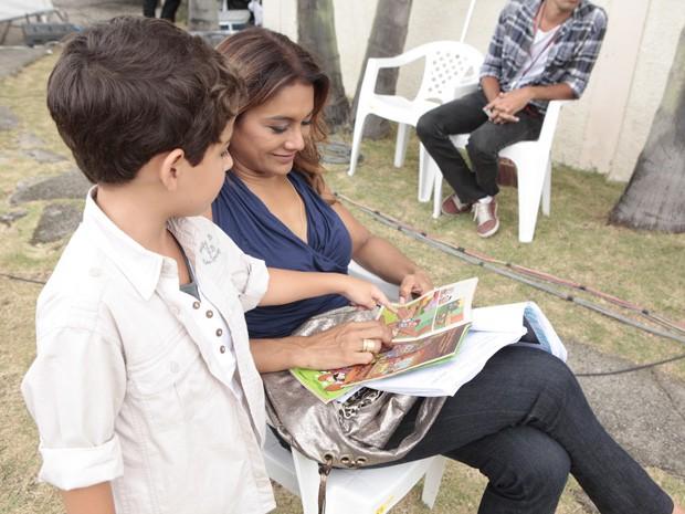 Dira ajuda Luiz a ler um gibi (Foto: Salve Jorge/TV Globo)