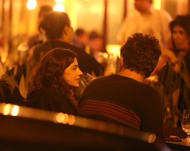 Eduardo Moscovis e uma amiga (Foto: Agnews)