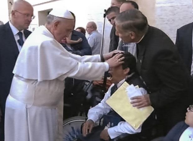 Imagem de TV que mostra o suposto exorcismo feito pelo Papa Francisco no domingo (19) (Foto: AP)