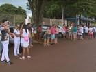Moradores fazem passeata após mãe matar o próprio filho em Cravinhos