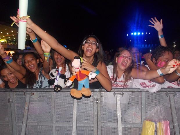 Fãs de Luan Santana trazem faixas, cartazes e pelúcia para cantor (Foto: Yuri Girardi / G1)