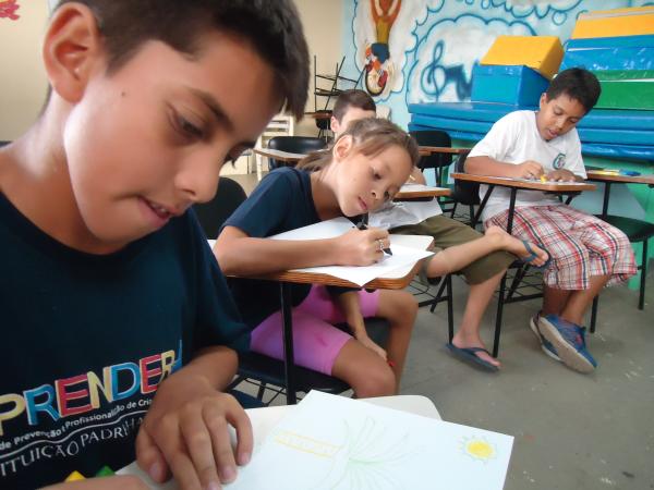 Crianças do Instituto Padre Haroldo desenvolvem seus desenhos sobre o Dia da Educação. (Foto: Divulgação EPTV)
