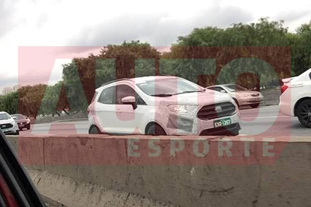 Ford EcoSport reestilizado é flagrado em SP com estepe na traseira (Foto: Lucas Simão / Autoesporte)