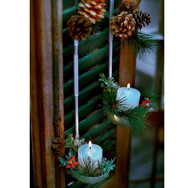 Hora de unir as duas dicas: as conchas podem servir de apoio para velas e plantas ao mesmo tempo. Na foto a decoração é natalina, mas, sem os enfeites, é uma opção incrível para o ano todo. Com um ganchinho no cabo, o utensílio pode ser preso onde você quiser – no caso da foto, foi apoiado em uma persiana. (Foto: Rogério Voltan/Casa e Comida)