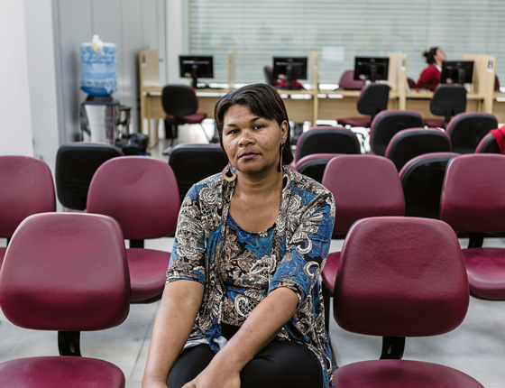 NECESSIDADE Anaildes no Centro de apoio ao Trabalhador.Ela perdeu o emprego fixo e agora fecha a conta como cabeleleira sem carteira assinada (Foto: Christ/ÉPOCA)