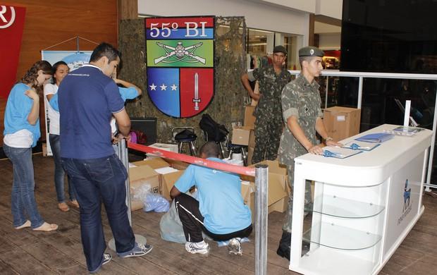Os participantes de evento recebem kits até a noite deste sábado (10) (Foto: Valdivan Veloso)