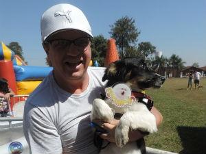Ronaldo e o cão Ted com o troféu de cão mais simpático (Foto: Diogo Marques/G1)