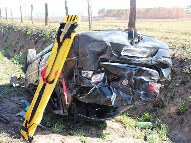 Carro capotou após ser atingido na lateral pelo outro veículo (Foto: Sessé Guimmas/Site Medeiros Dia a Dia)