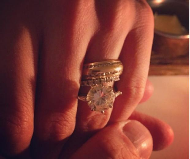 Ana mostra joia que ganhou de presente do marido (Foto: Reprodução/Instagram)