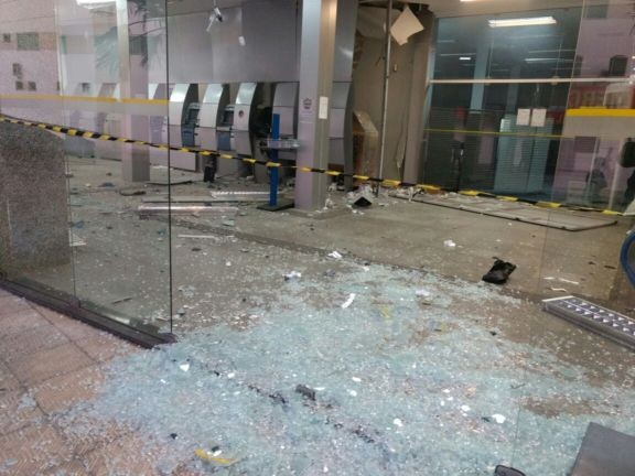 Estragos causados pela utilização de explosivos. (Foto: Divulgação/Polícia Militar)