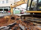 Cratera causada por chuva interdita trânsito no centro de Cruzeiro, SP