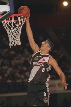 Sandro Varejão em lance da final do Carioca de basquete, em 2000 (Foto: Arquivo/Cedoc/A Gazeta)