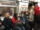Lourdes Maria anda de metrô em Nova York com look bem básico