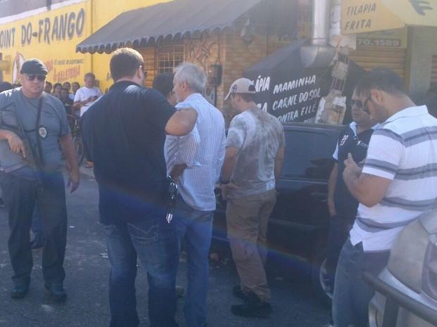 É intensa a presença de policiais e de moradores no local do crime  (Foto: TV Verdes Mares/Reprodução)