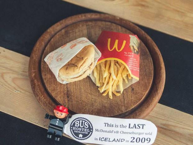 Hambúrguer do McDonalds vendido em 2009 está exposto na Islândia; rede fechou restaurantes no país após crise econômica (Foto: Reprodução/Facebook/Reykjavik Bus Hostel)